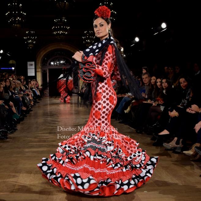 con trajes de flamenca de grandes volantes en los que las mangas de