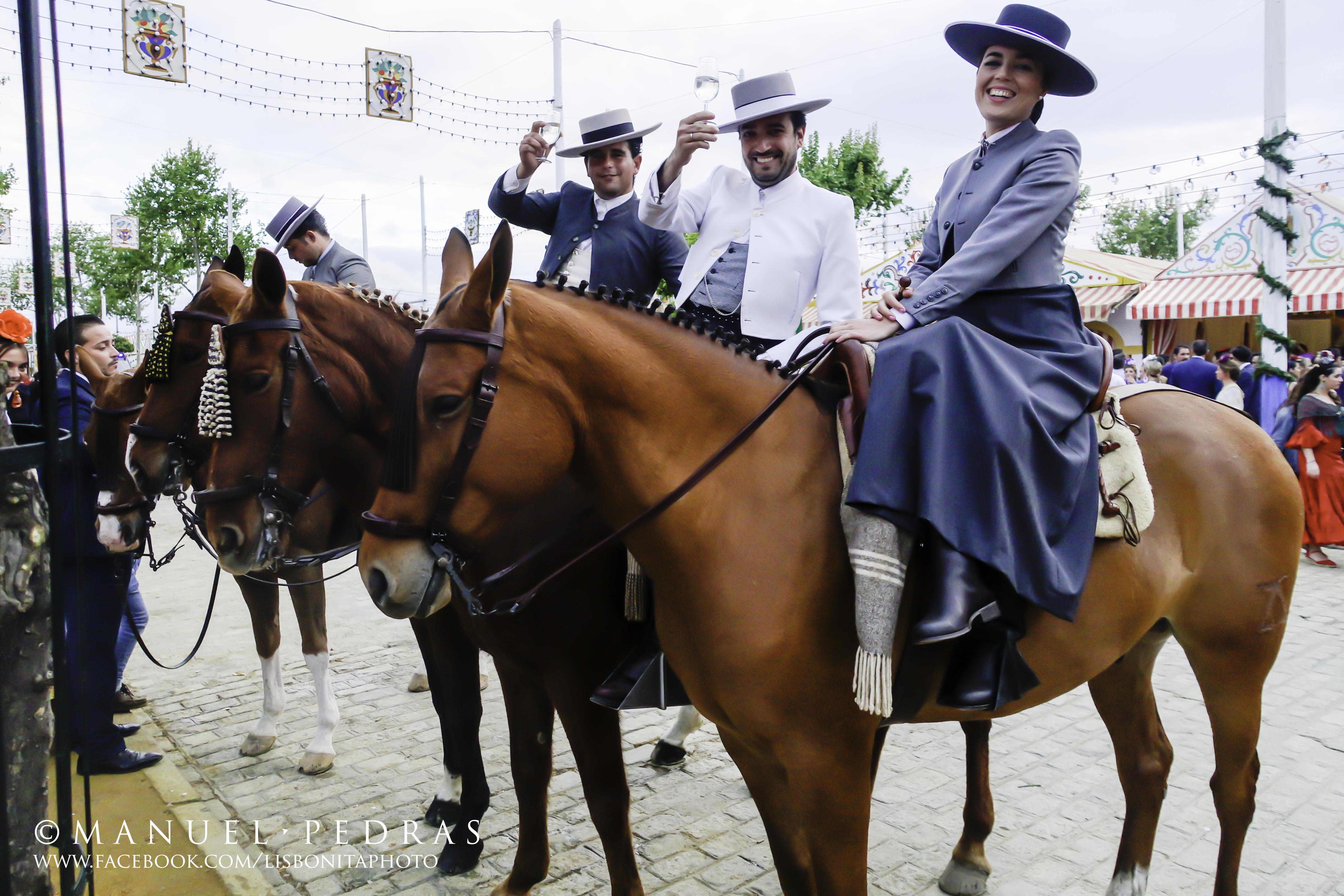 mujeres de amazona entre cirios y volantes